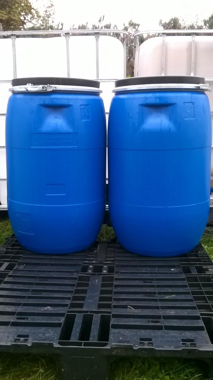 دو بشکه آبی پلاستیکی