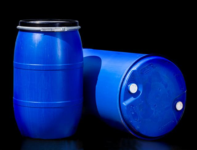 بشکه آبی پلاستیکی 220 در زمینه سیاه