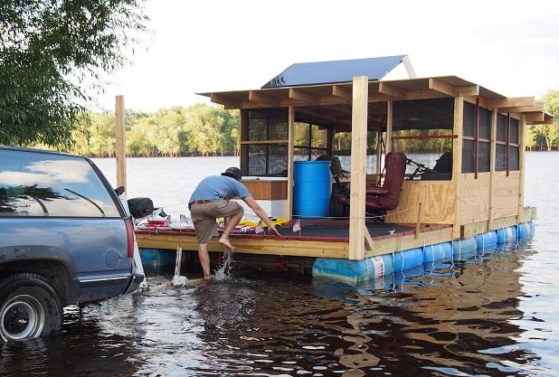خانه قایقی روی آب با استفاده از بشکه