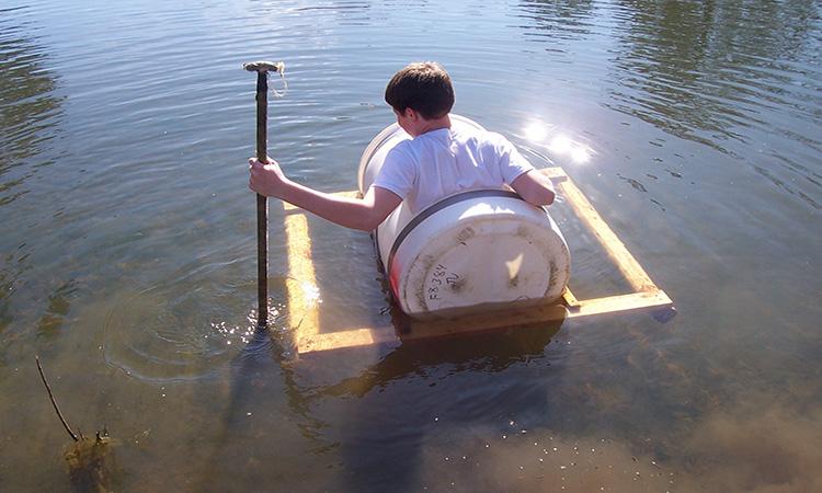 قایق با بشکه سفید